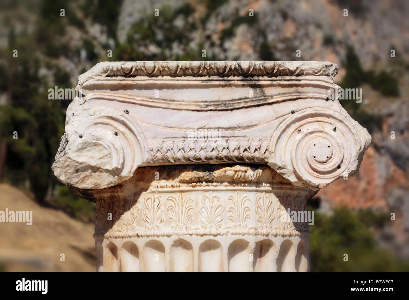 Antica Delphi, Phocis, Grecia. Colonna spezzata sulla Via Sacra coronata dal capitello corinzio Immagini Stock