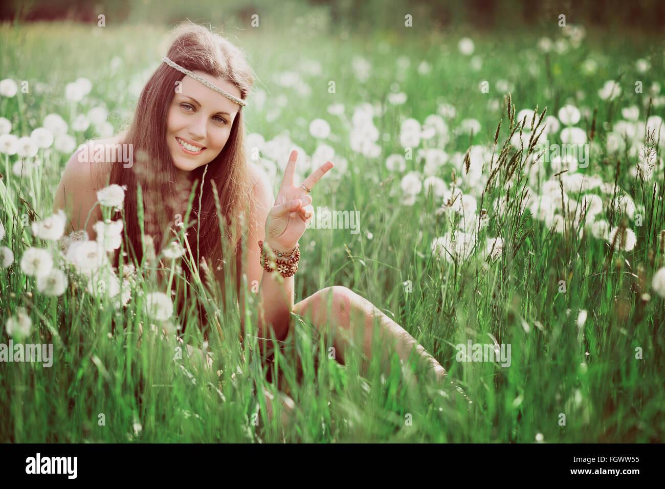 Segno di pace dalla sorridente hippie libero . Natura e armonia Immagini Stock