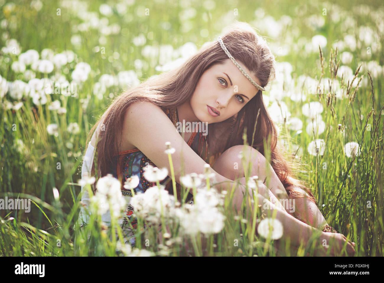 Bella ragazza libero in un prato fiorito. Ritratto di estate Immagini Stock