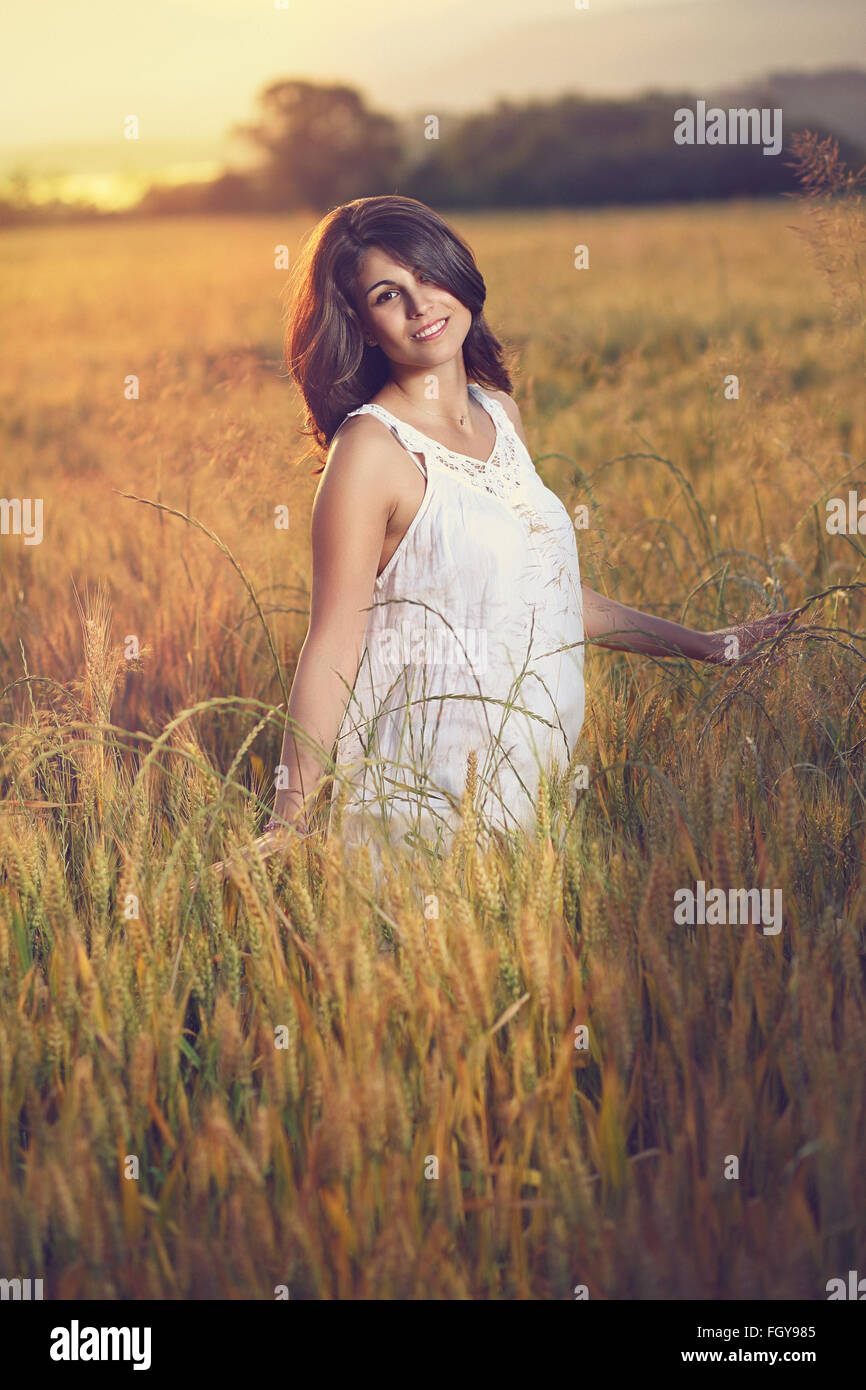 Bella donna pone in un campo al tramonto. Stagione estiva ritratto Immagini Stock