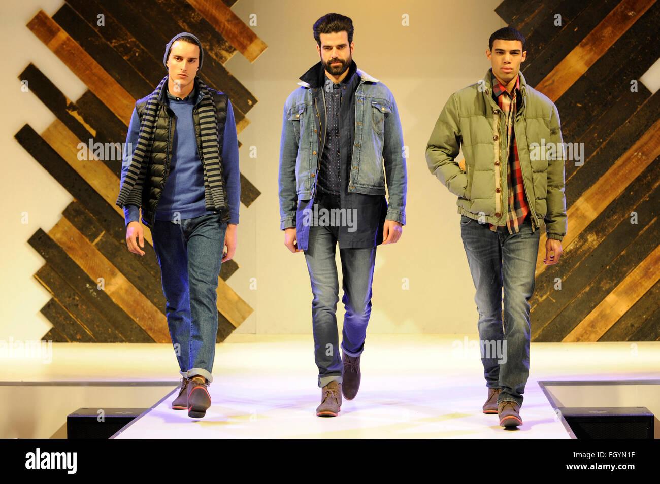 Modelli sul menswear passerella per sfilate di moda, NEC di Birmingham, Regno Unito, 22 febbraio 2016. Credito: Immagini Stock