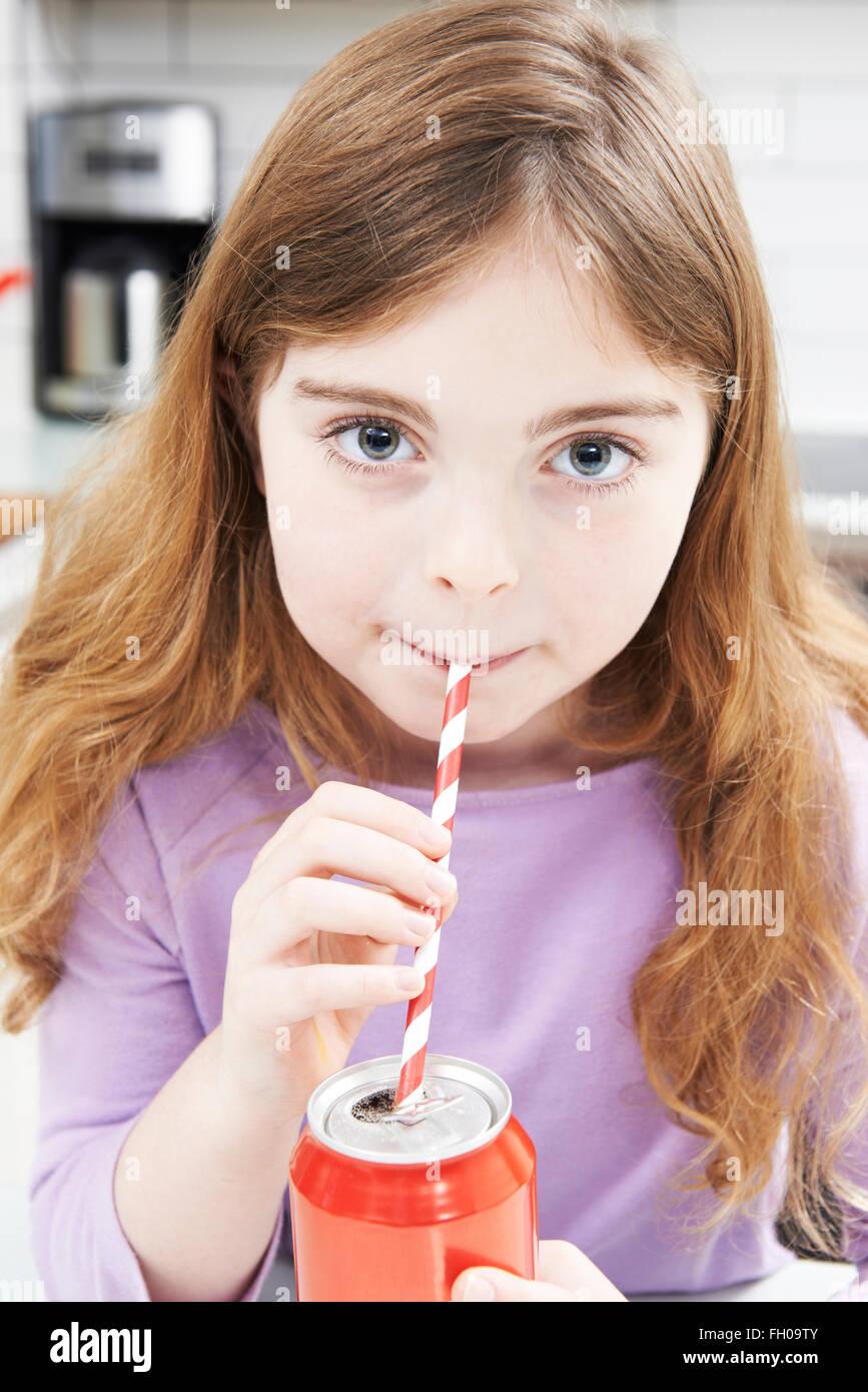 Giovane ragazza può bere di Soda attraverso la paglia Immagini Stock