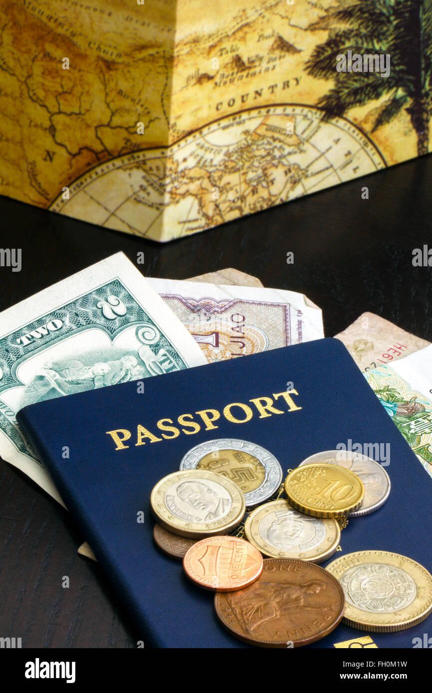 Un passaporto con valuta estera Immagini Stock