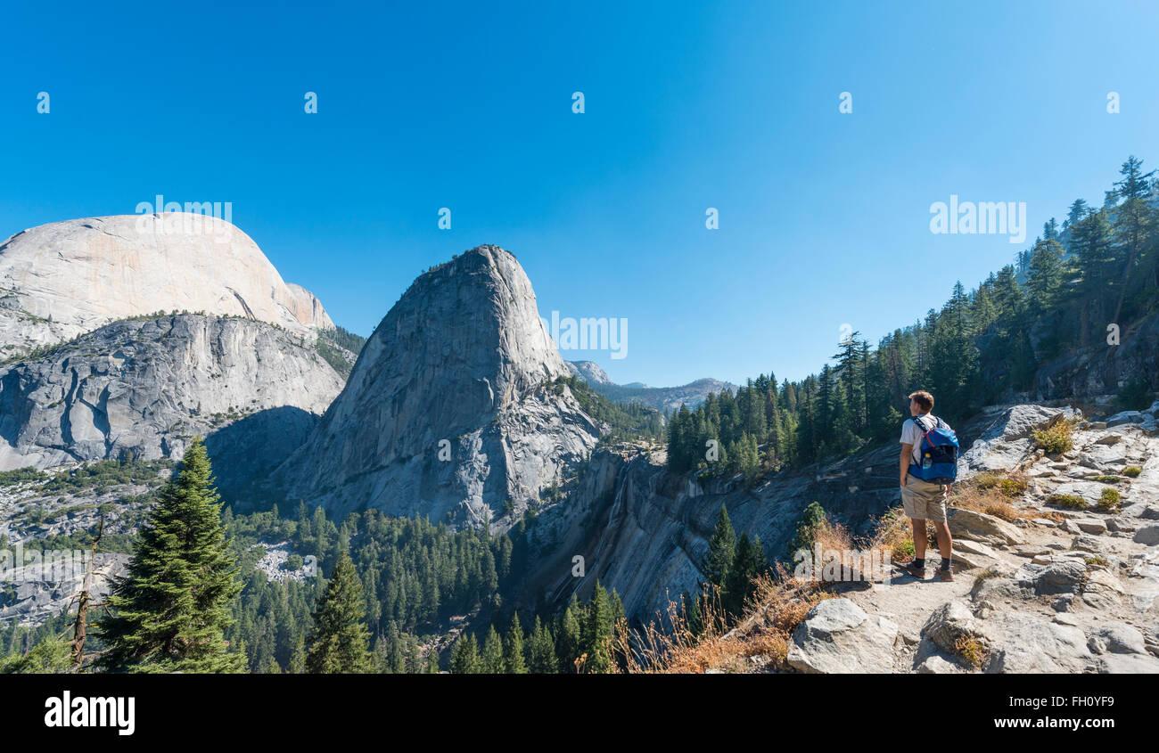 Walker cercando su Liberty Cap, Yosemite National Park, California, USA, America del Nord Immagini Stock