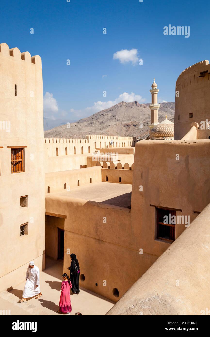 Omani turisti in Nizwa Fort, Nizwa, Ad Dakhiliyah Regione, Oman Immagini Stock