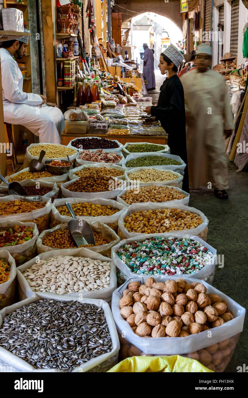 Vari dadi e spuntini per la vendita in Nizwa Souk, Nizwa, Ad Dakhiliyah Regione, Oman Immagini Stock
