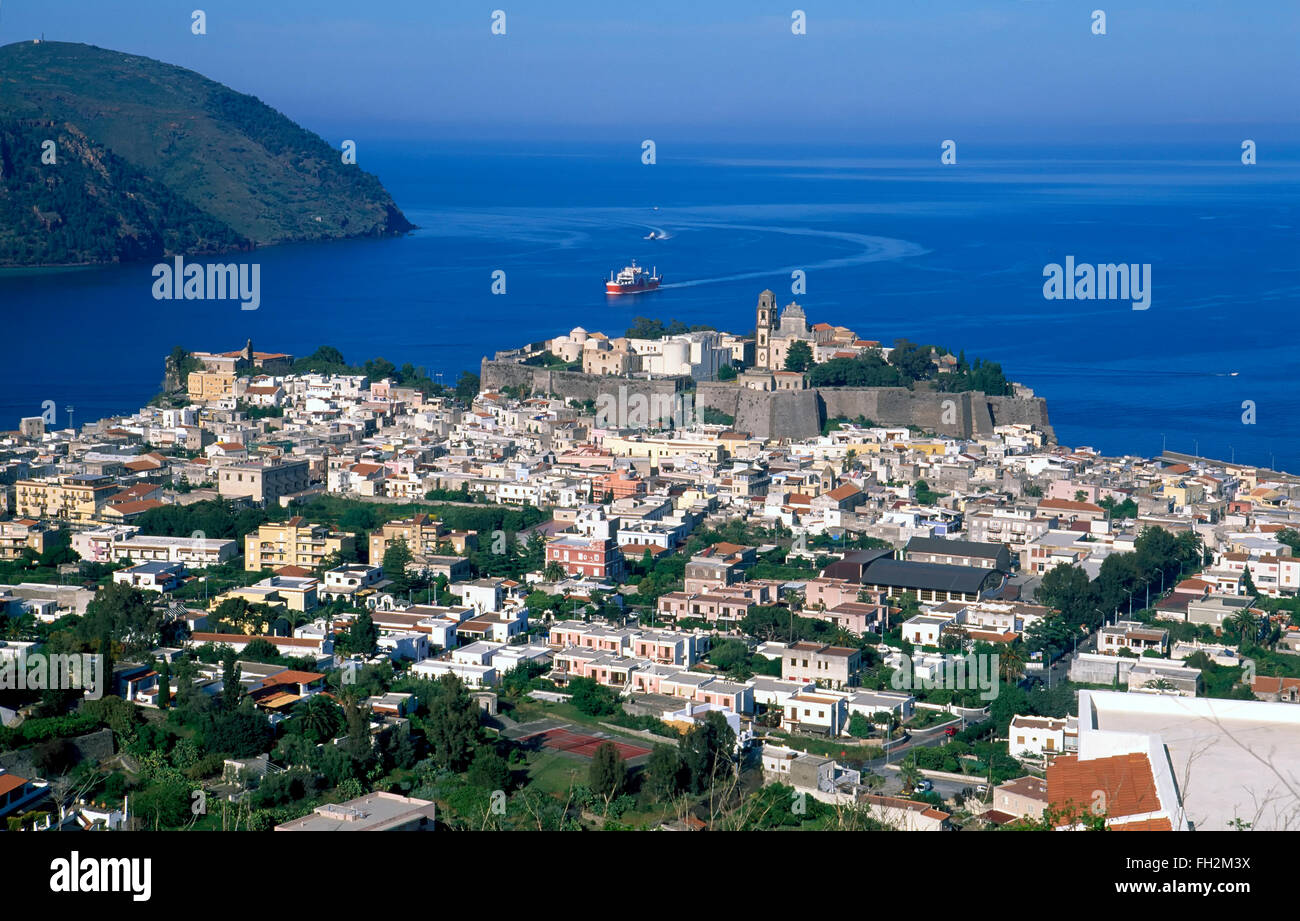 Isola di Lipari, vista su tutta la città di Lipari, Isole Eolie, in Sicilia, Italia, Europa Immagini Stock