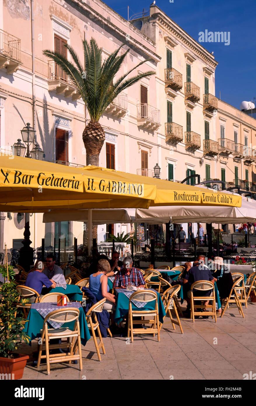 Isola di Lipari, ristorante presso il lungomare di Marina Corta, Isole Eolie, in Sicilia, Italia, Europa Immagini Stock