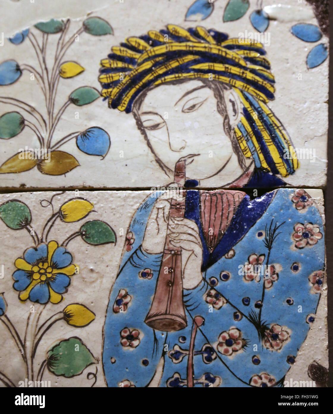 Pannello con flautista. L'Iran. Isfahan. 1680-1730. Piastrella. Vetri colorati. Isfahan. Periodo di Safavid. Immagini Stock