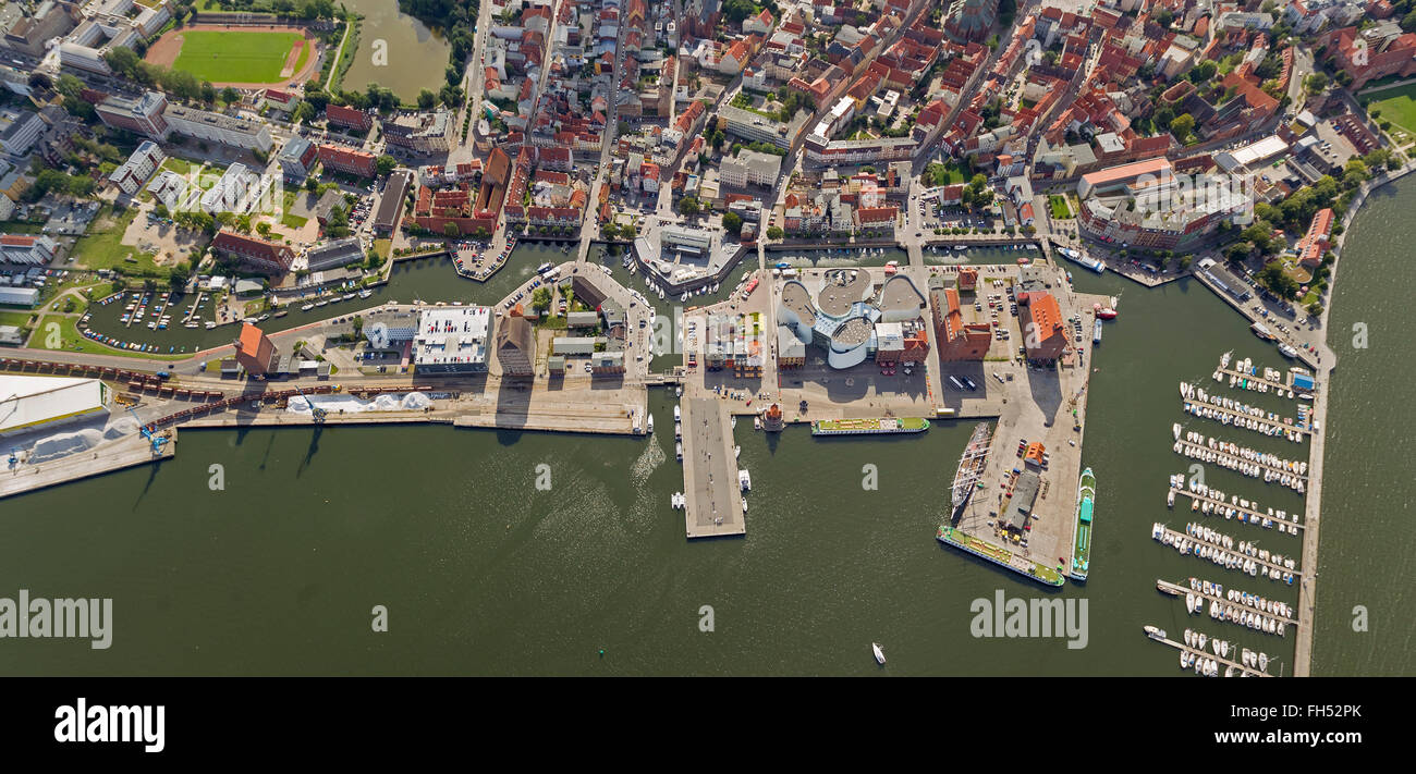 Vista aerea, porto, marina con il Tedesco Museo Oceanografico e Ozeaneum, Stralsund, con la moated isola città Immagini Stock