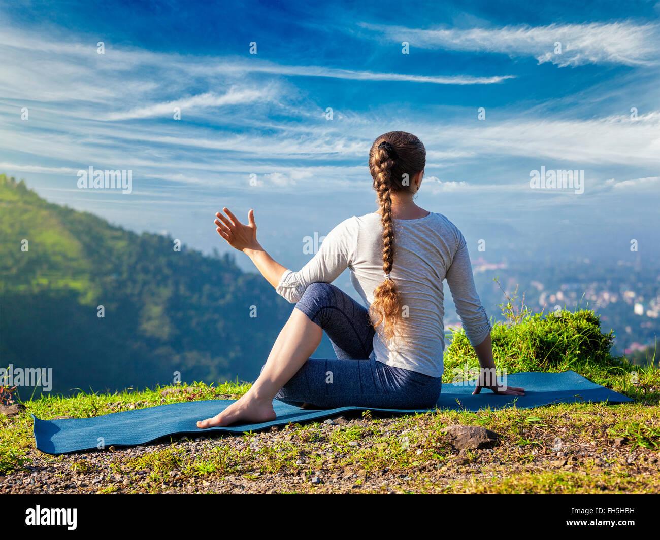 La donna le pratiche yoga asana Marichyasana Immagini Stock