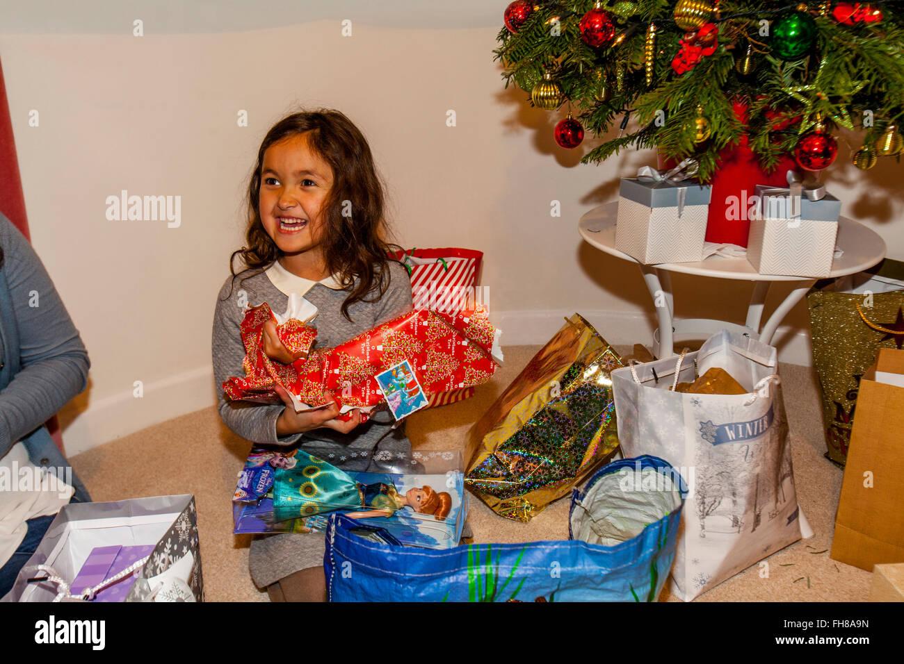 Regali Di Natale Frozen.Una Razza Mista Bambino Aprendo I Suoi Regali Di Natale Il Giorno Di