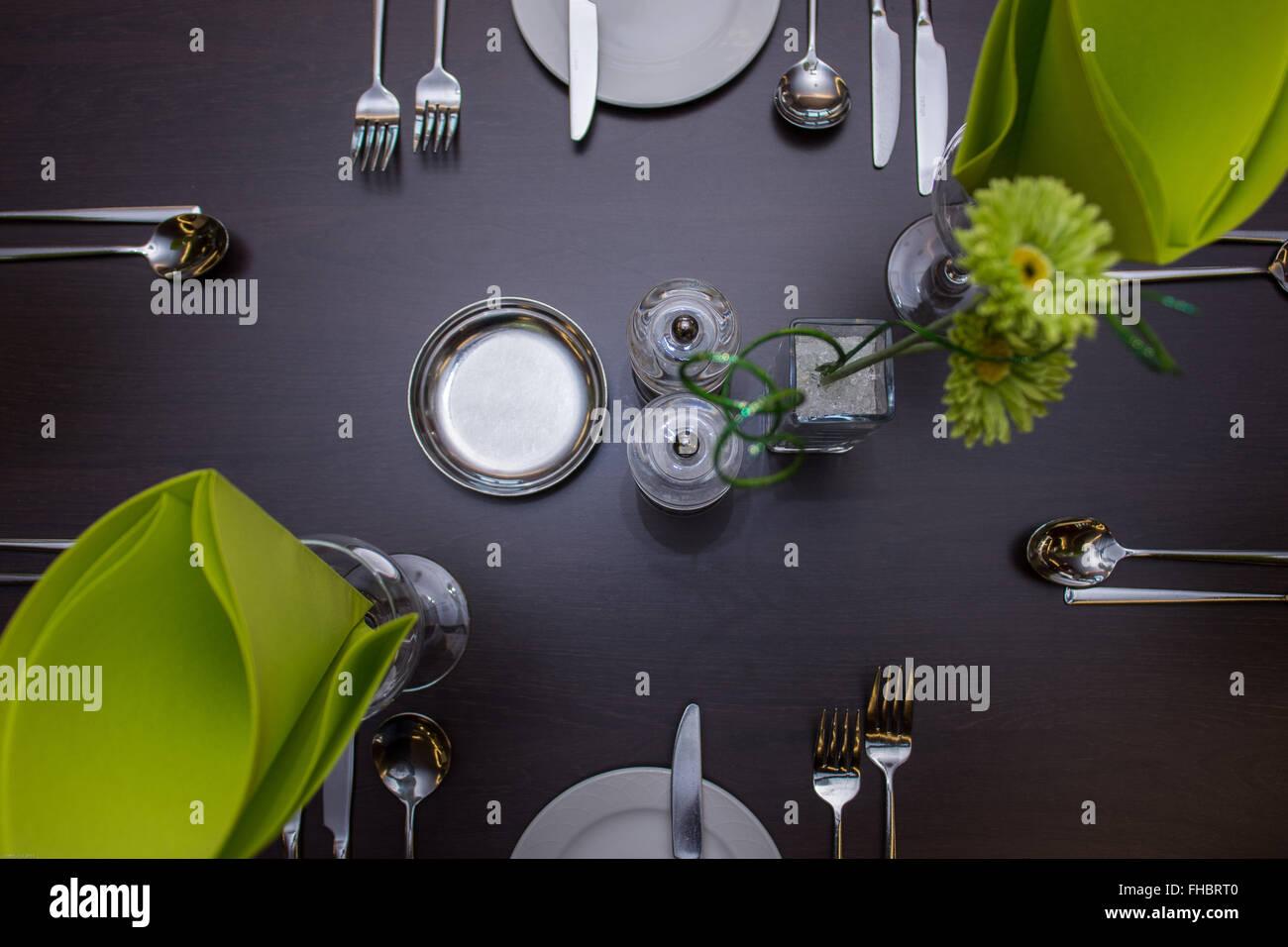 Tavolo da pranzo istituito in un ristorante locale Immagini Stock
