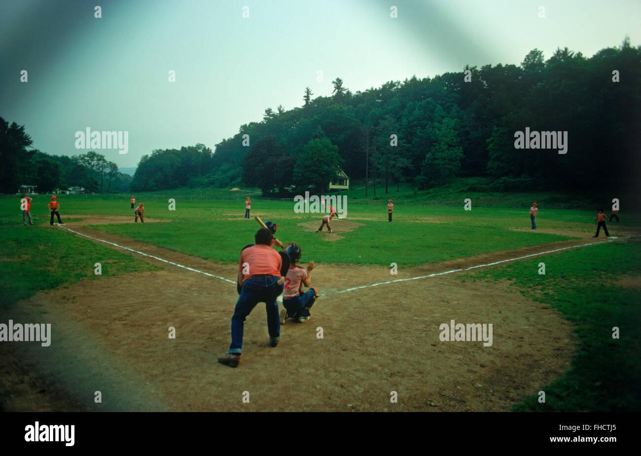 Poco i leghisti giocando sul vecchio paese di sporco diamante di baseball in America centrale Immagini Stock