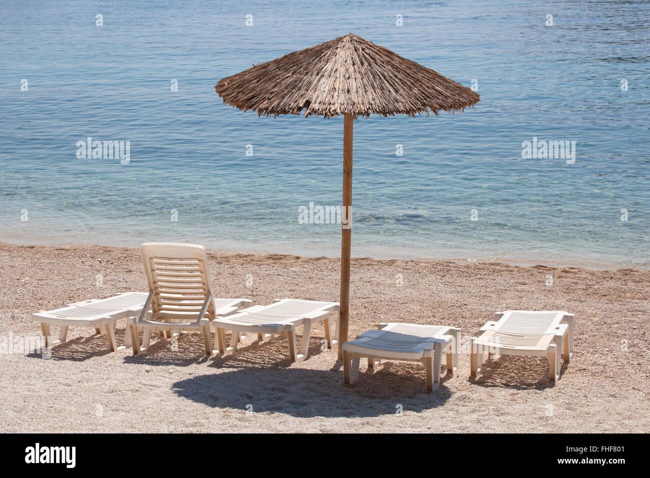 Sdraio Da Spiaggia Legno.In Legno Ombrellone In Spiaggia Con Molti Lettini Da Mare Su Una