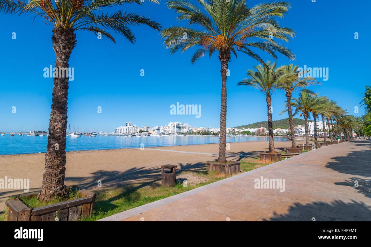 A metà mattina il sole sul lungomare. Calda giornata di sole lungo la spiaggia di Ibiza, Sant Antoni de Portmany Immagini Stock