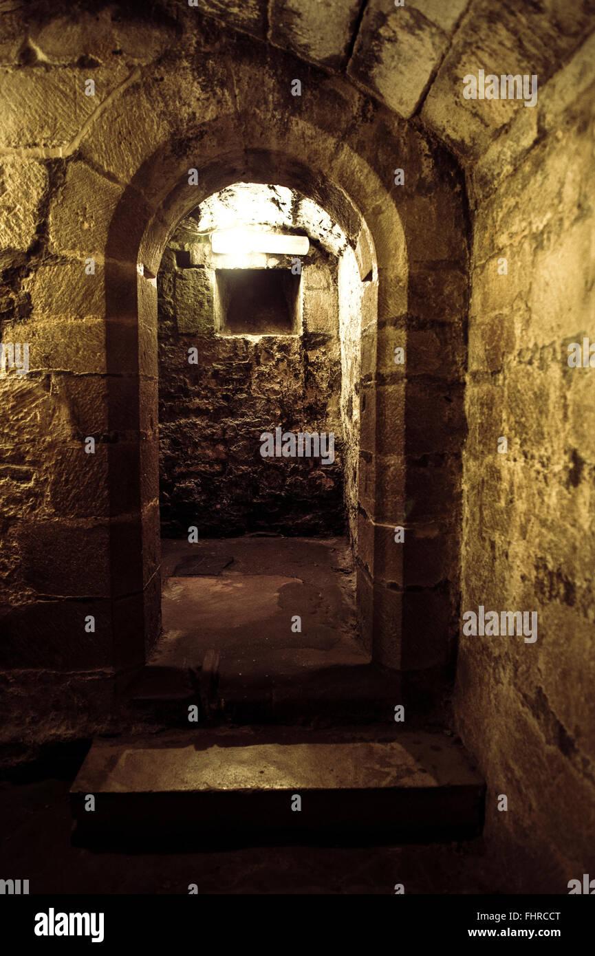 Le antiche porte in rovine del castello Immagini Stock