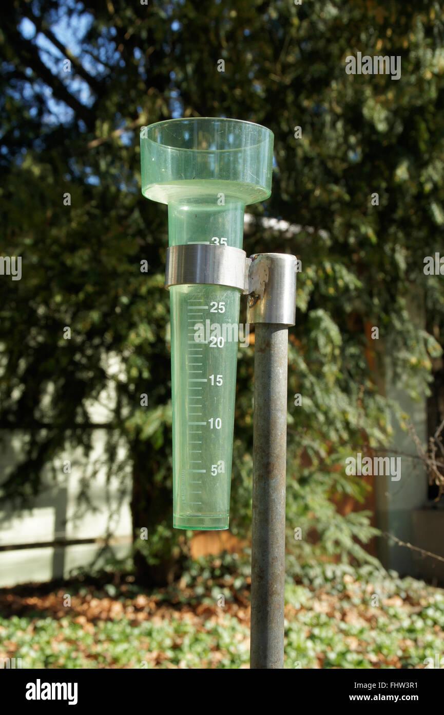 Raccogliere il manometro misura pioggia Immagini Stock