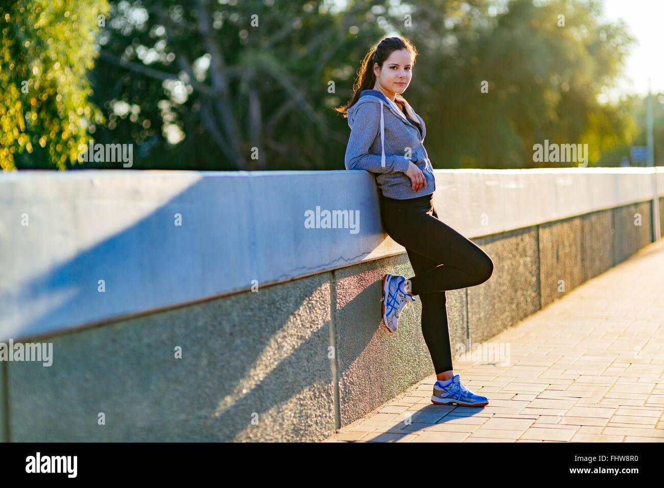 Bella donna di riposo in città dopo il jogging al mattino Immagini Stock
