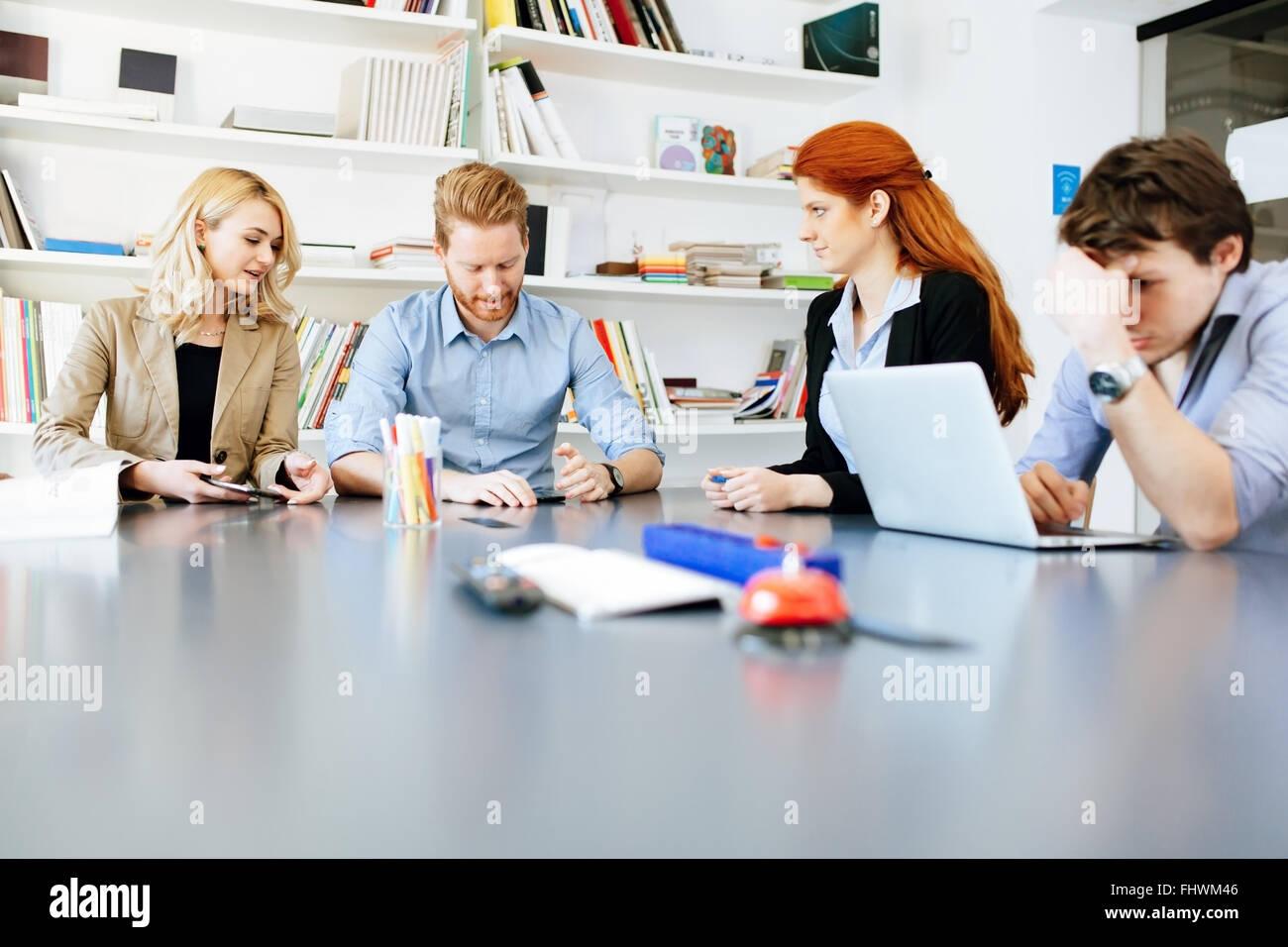 Lo stile di vita di imprenditori in ufficio moderno Immagini Stock