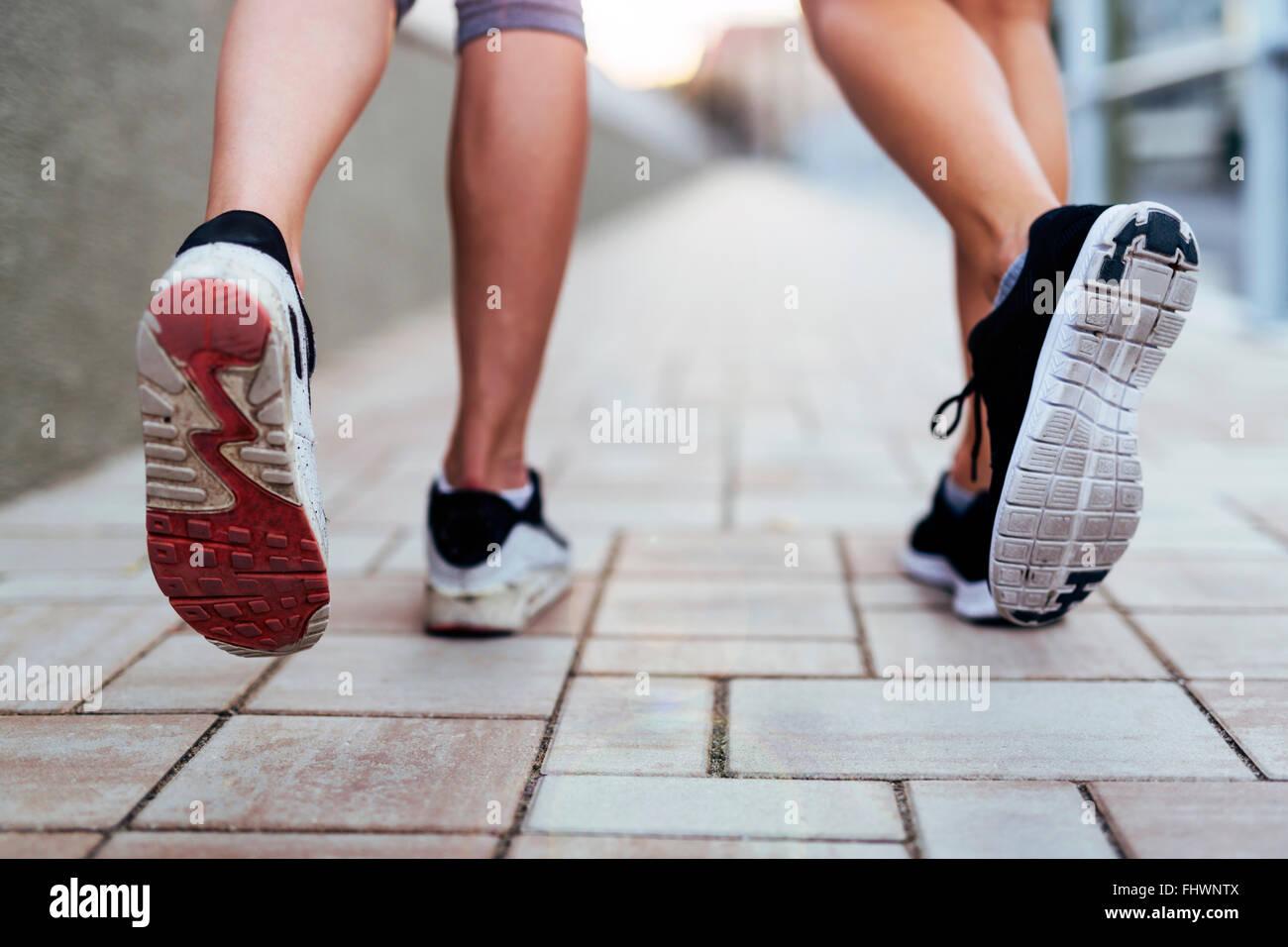 Jogging athletic donne - closeup sulle gambe Immagini Stock