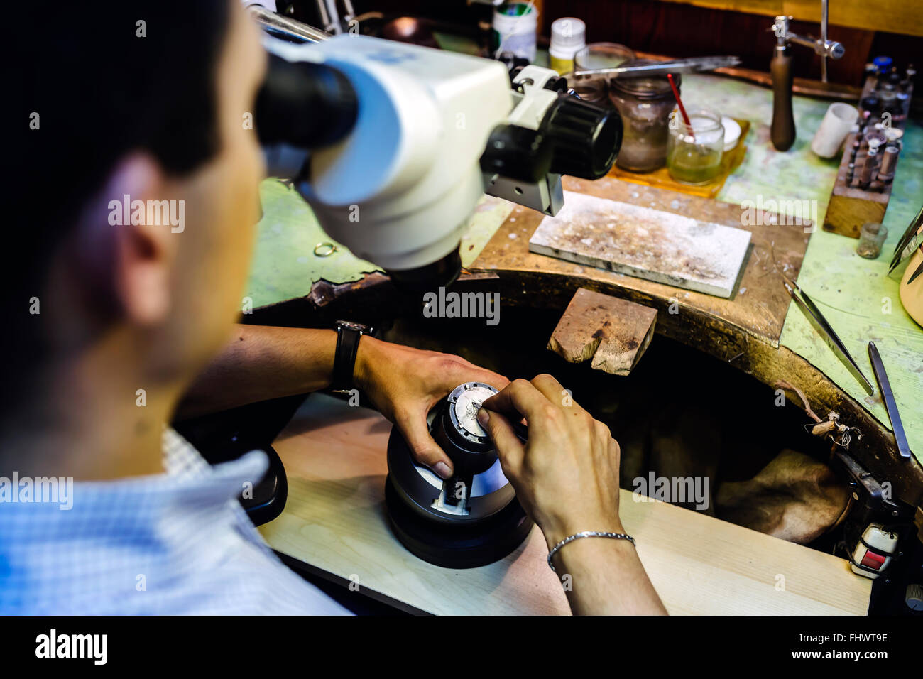 Un lavoro di precisione effettuata dal gioielliere in officina Immagini Stock