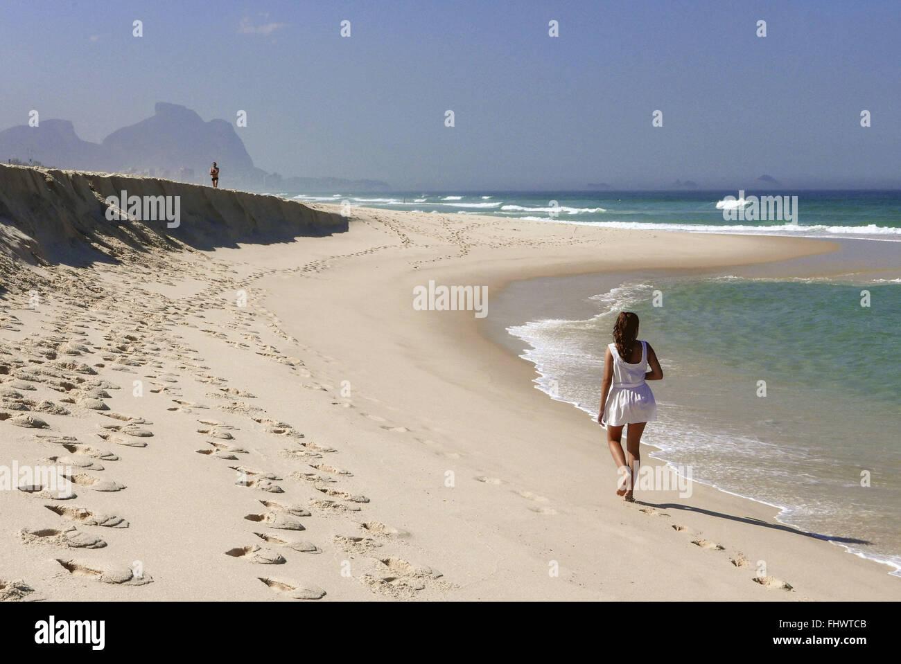 Adolescente caminhando na Praia da Reserva na Barra da Tijuca Immagini Stock