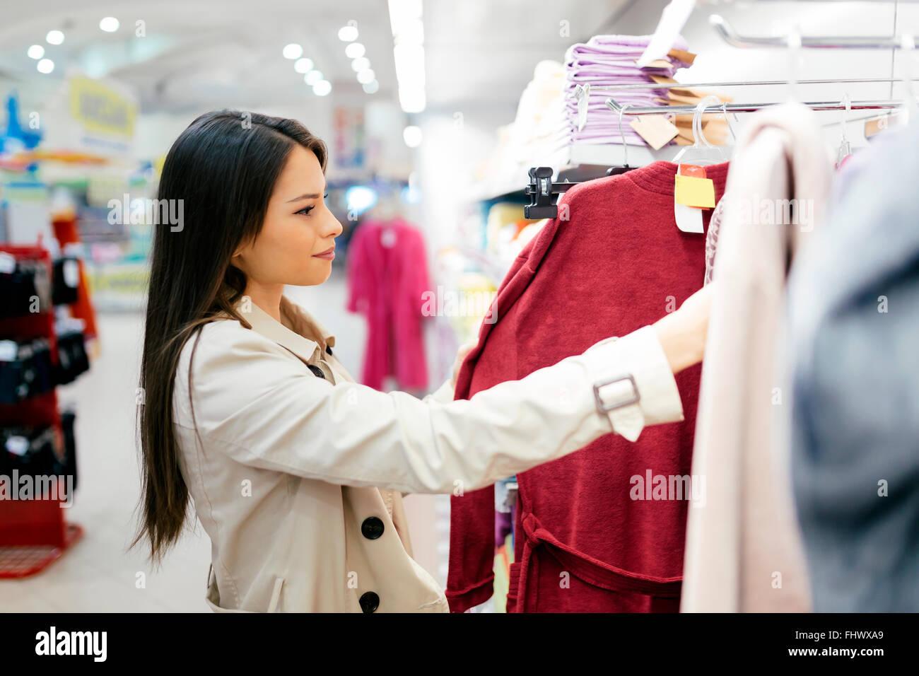 Bella donna percorrendo i vestiti Immagini Stock