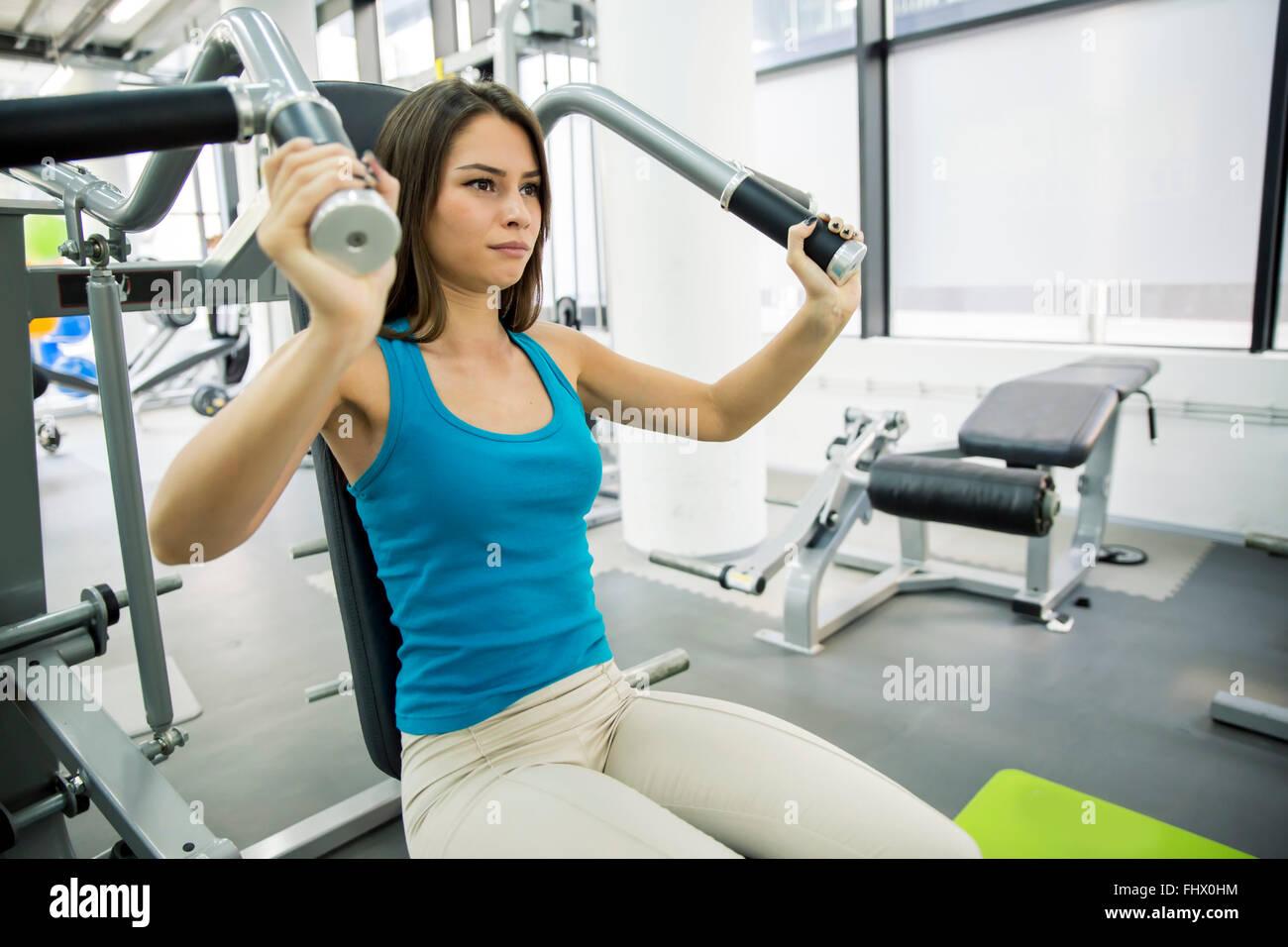 Bella donna formazione in palestra e mantenendo il corpo in forma Immagini Stock