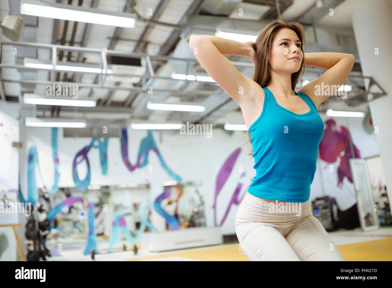 Bella donna di stretching e di esercitare nella bella sala Immagini Stock