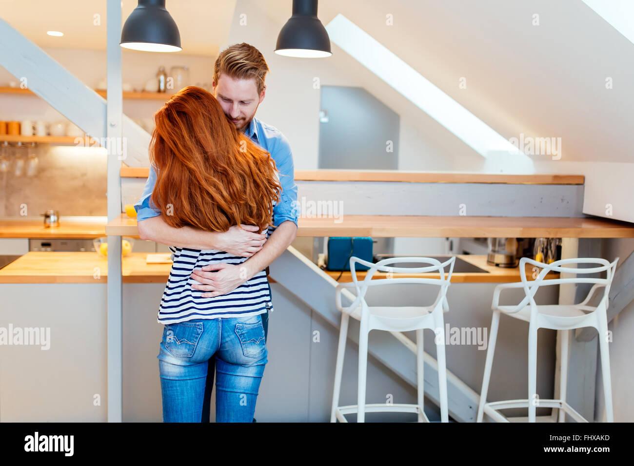 Bella coppia felice per la loro nuova casa e abbracciando dopo lo spostamento in Immagini Stock