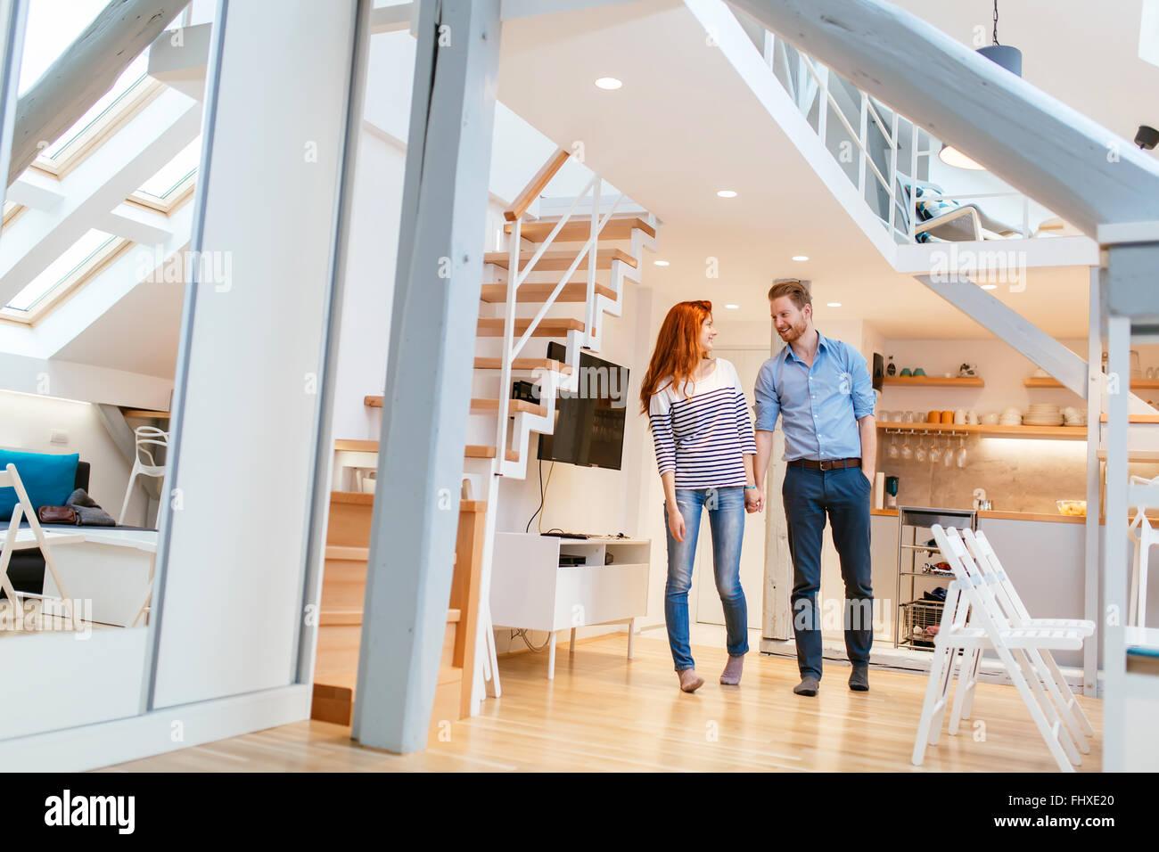 Giovane muovendo in un nuovo appartamento con sorrisi sui loro volti Immagini Stock