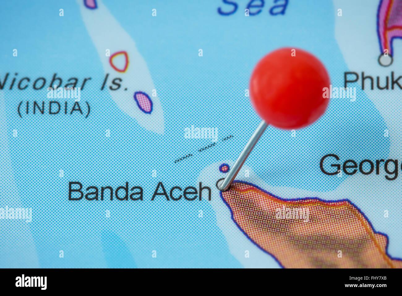 Close-up di una puntina rossa in una mappa di Banda Aceh, Indonesia. Immagini Stock