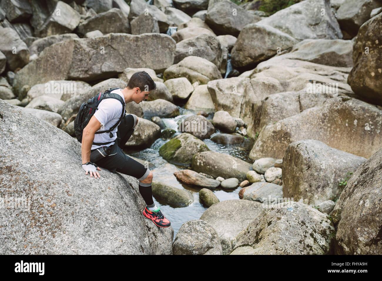 La Spagna, A Capela, ultra trail runner arrampicata su una roccia Immagini Stock