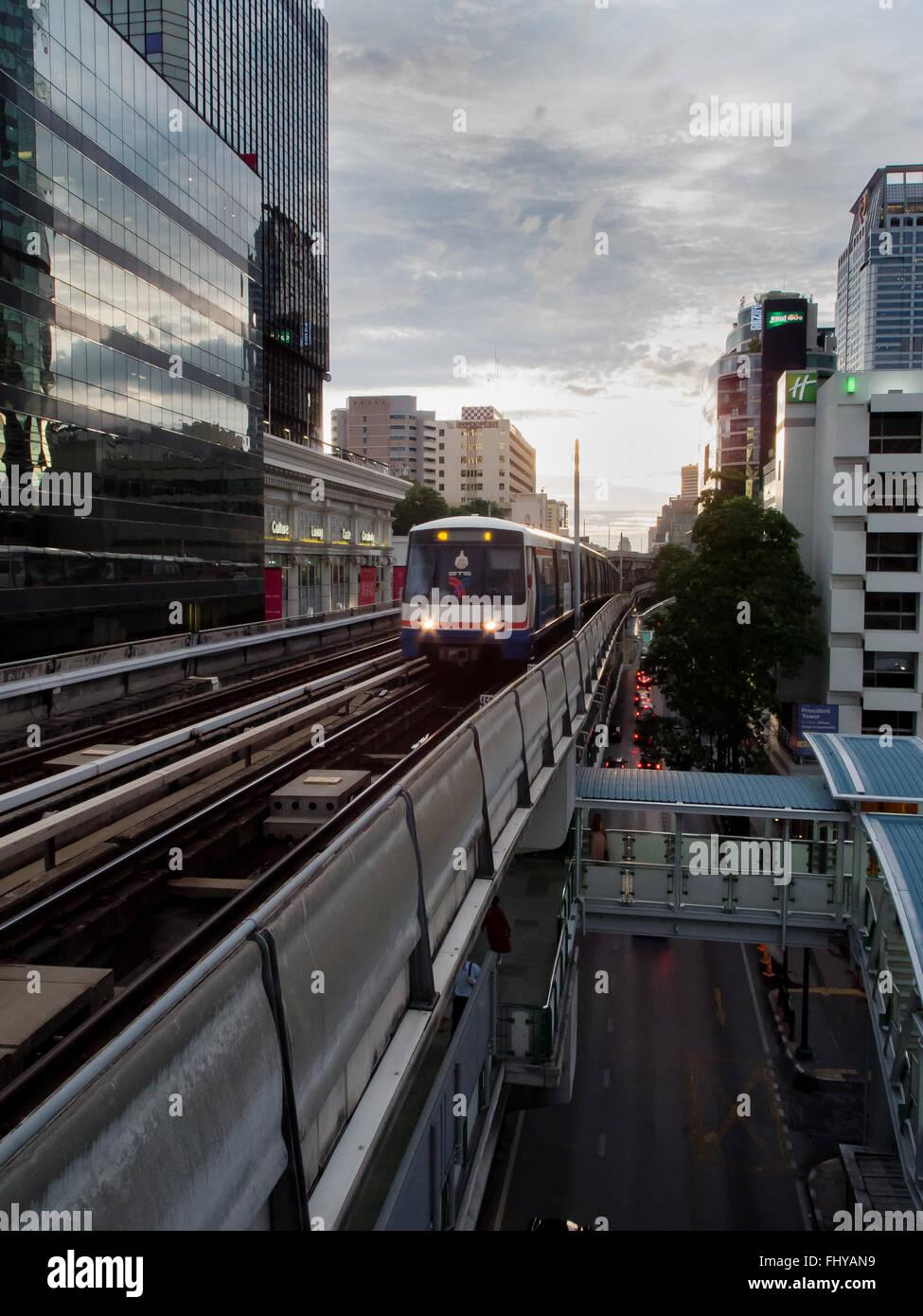Treno in arrivo su BMT Bangkok in Thailandia Immagini Stock