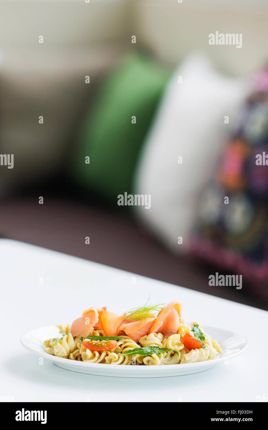 Salutare il salmone affumicato e le erbe aromatiche fresche insalata di pasta Immagini Stock