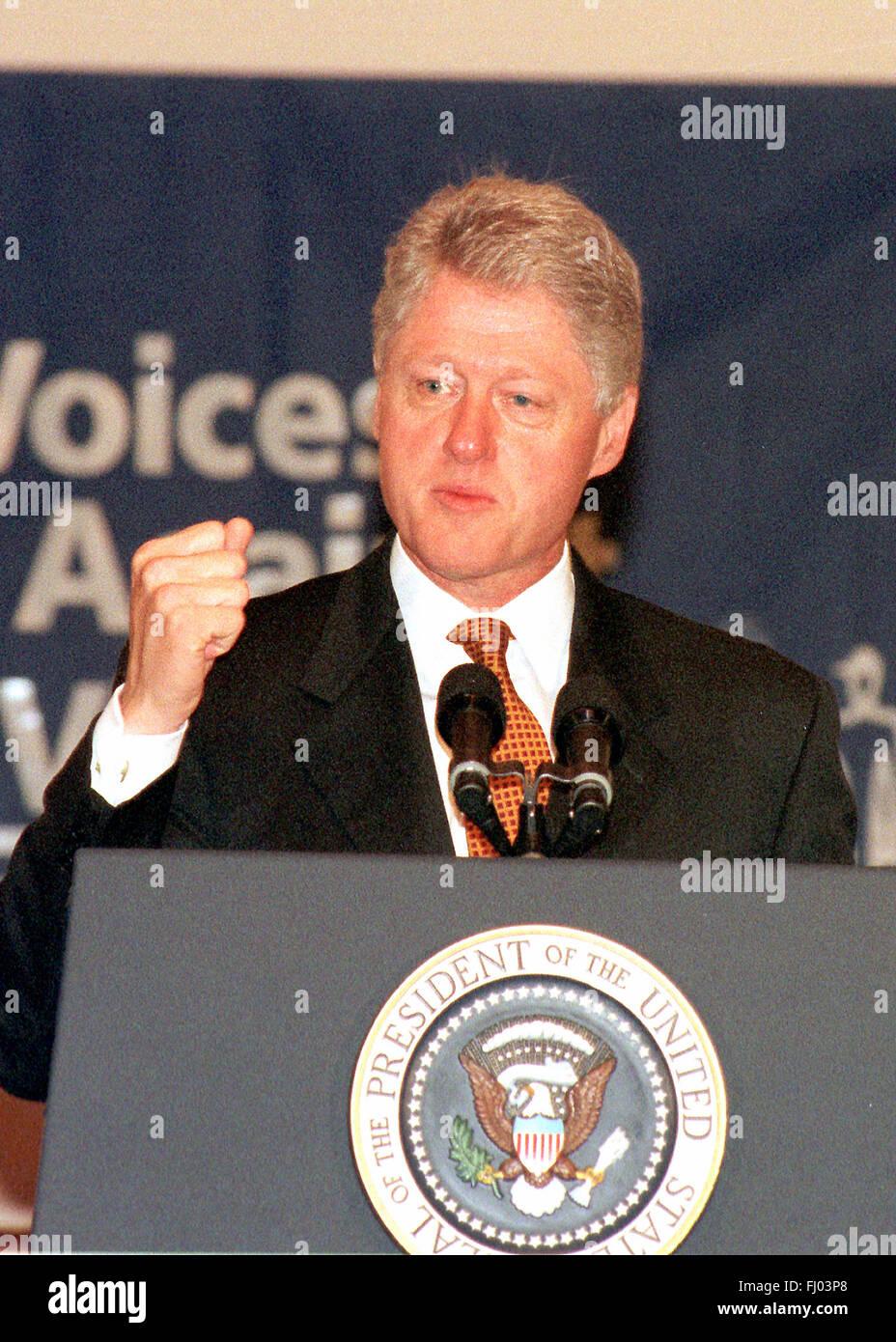 Il Presidente degli Stati Uniti Bill Clinton sottolinea un punto durante il suo discorso al 'voci contro la Immagini Stock