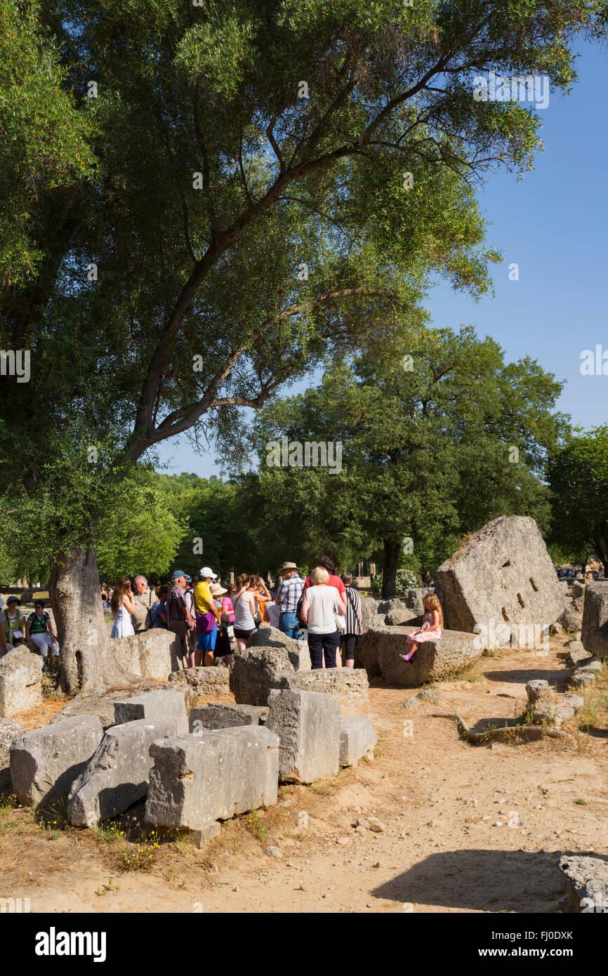 Olympia, Peloponneso e Grecia. Un gruppo di visitatori ascoltando una guida per spiegare la storia dell'antica Immagini Stock