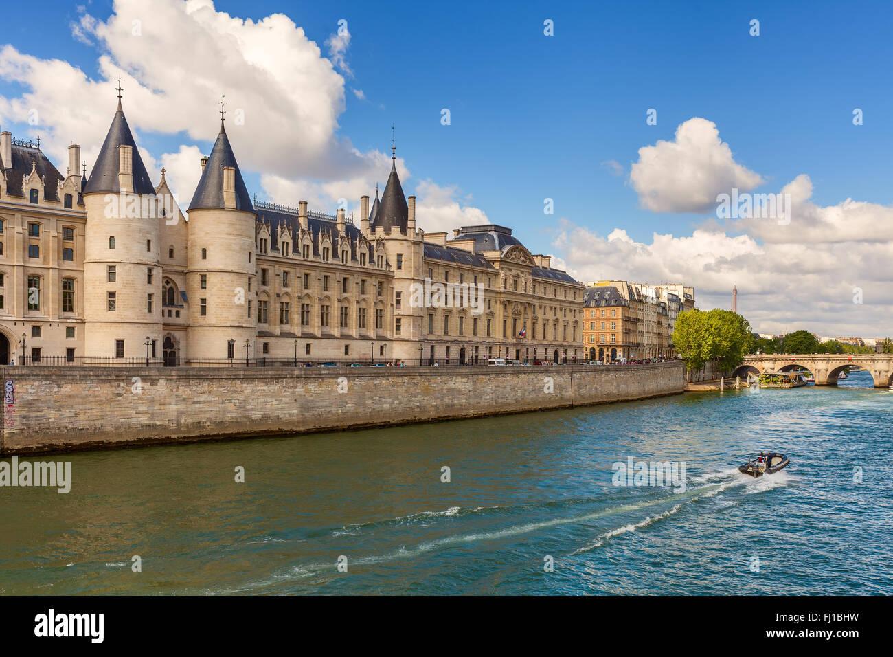 Vista di Conciergerie - ex carcere e parte dell'ex palazzo reale sulla riva del fiume Senna a Parigi, Francia. Immagini Stock
