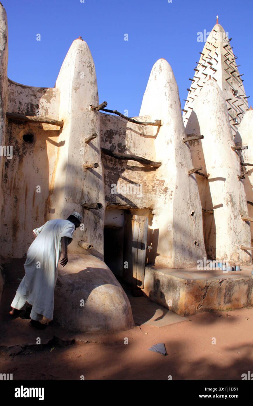 Stordimento e worldfamous moschea di fango in Bobo Dioulasso , Burkina Faso, tipica e straordinaria architettura Immagini Stock