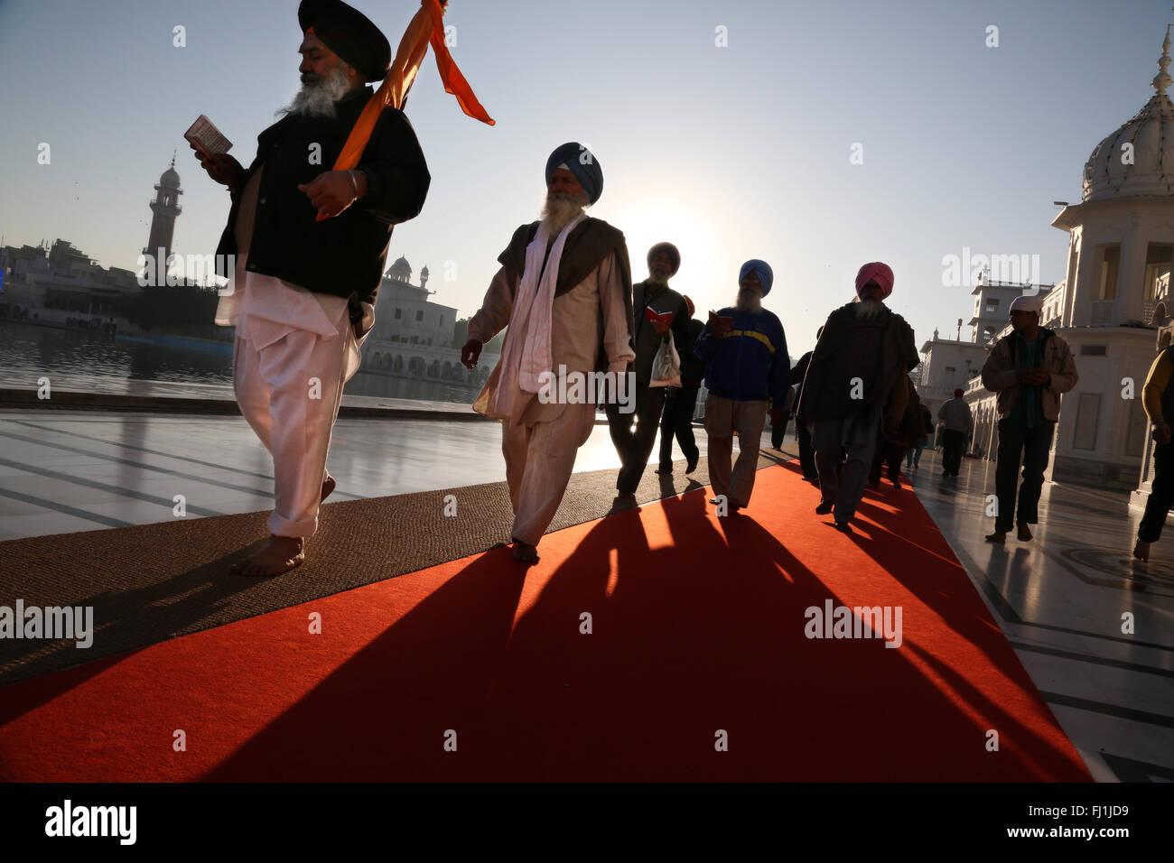La processione dei pellegrini Sikh al tempio d'Oro , Amritsar , India Immagini Stock