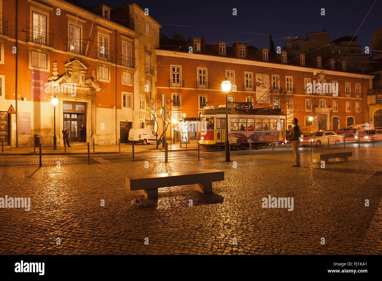 Il Portogallo, città di Lisbona di notte, il Museo di Arti Decorative, quadrato e tram a Portas do Sol street Immagini Stock