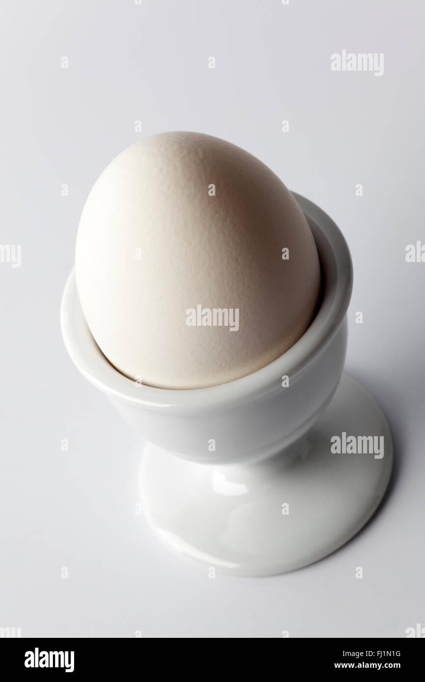 Bianco bollito uovo in un uovo-cup Immagini Stock