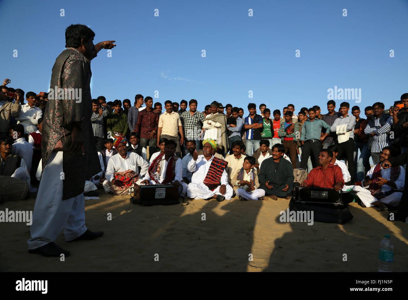 Musicisti di suonare brani di musica tradizionale nel deserto di Thar vicino a Jaisalmer , Rajasthan, India Immagini Stock