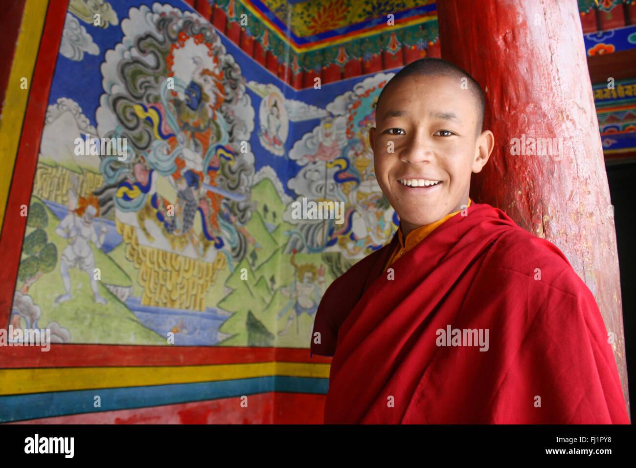Sorridente monaco buddista novizio nel monastero di Hemis , Ladakh, India Immagini Stock