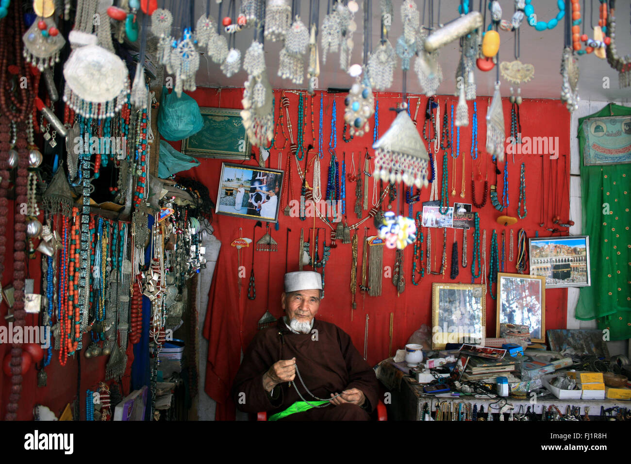 Il vecchio uomo vendita di gioielli e artigianato nel suo negozio nella vecchia città di Leh , Ladakh , India Immagini Stock