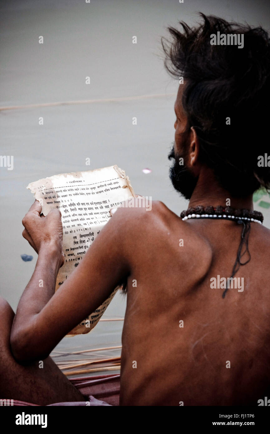 Sadhu lettura libro Sanscrita di Varanasi, India Immagini Stock