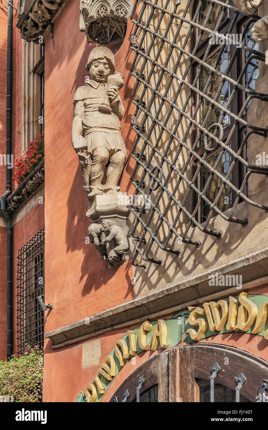 La figura del drunken reveler è situato sopra la porta di ingresso per la Cantina Schweidnitzer, Wroclaw, Polonia, Immagini Stock