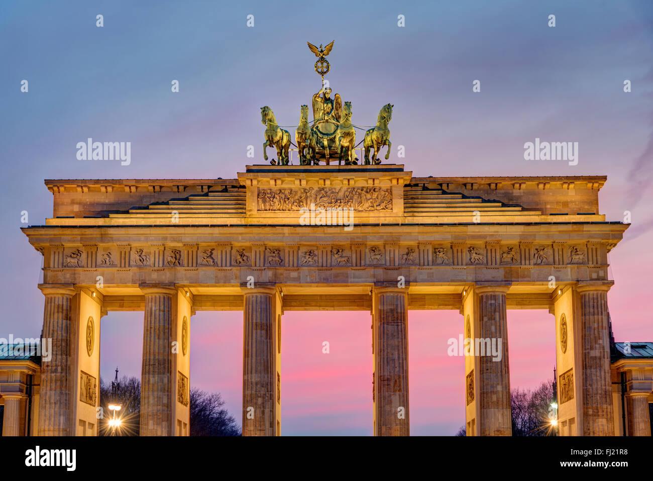 La famosa Porta di Brandeburgo a Berlino dopo il tramonto Immagini Stock