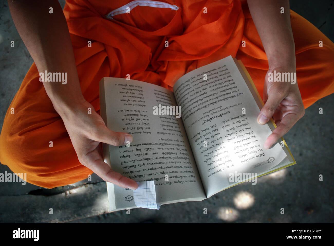 Monaco buddista di lettura nel monastero a Luang Prabang, Laos, Asia Immagini Stock